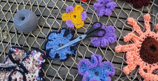 Atando las flores a la red